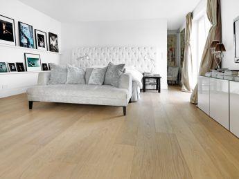 Parquet e pavimento in legno naturale in camera da letto/ mafi